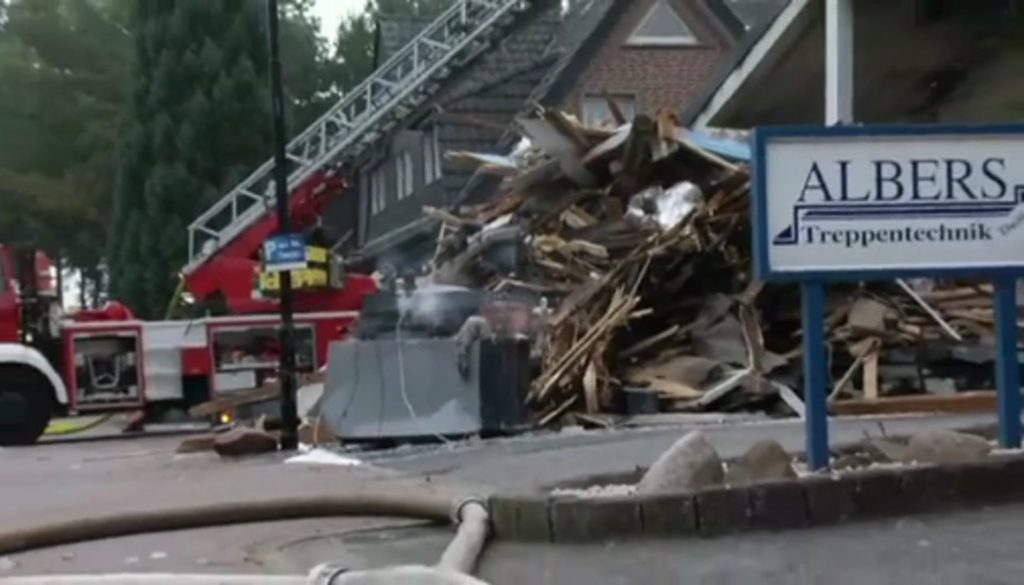 Feuer zerstört Ausstellungshalle einer Tischlerei