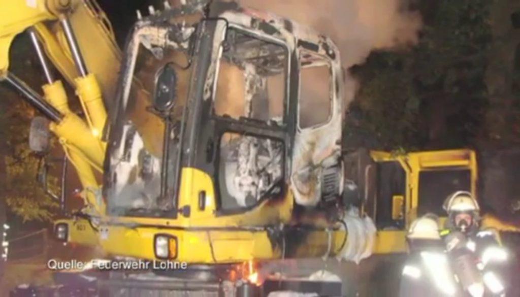 Bagger zerstört Autos in Lohne