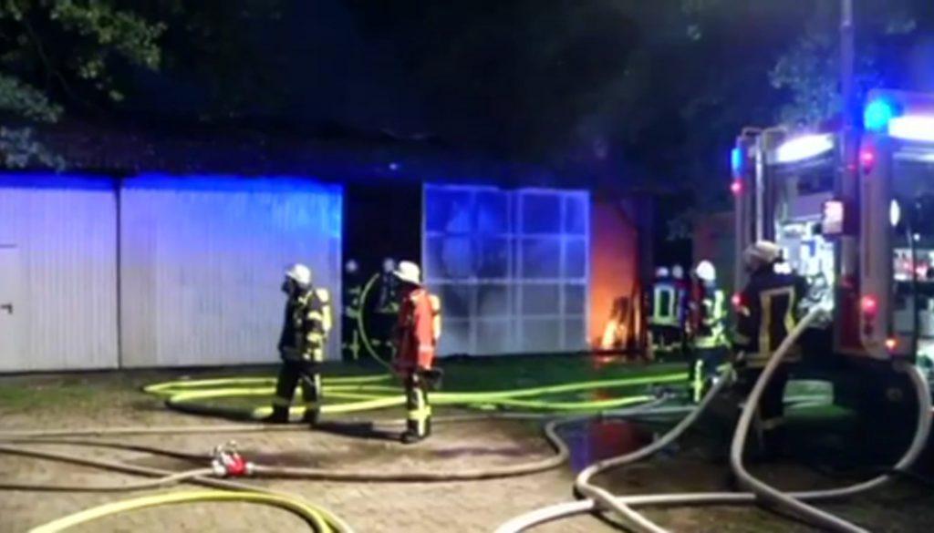 Scheune und Werkstatt in Flammen