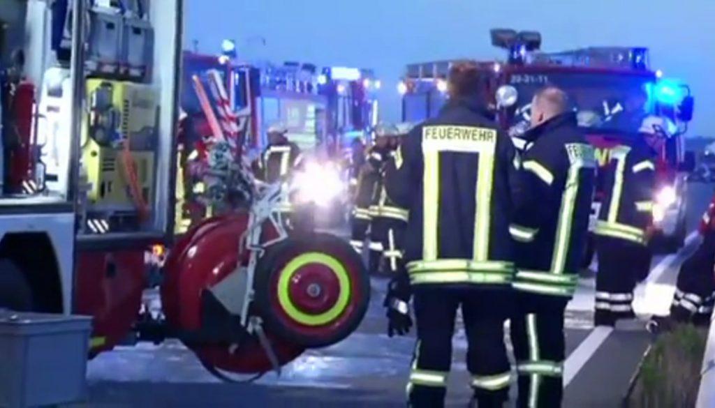Heißer Reifen: Feuerwehr löscht brennenden LKW-Anhänger
