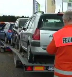 Schwer verletzt: Mann gerät unter Autotransporter