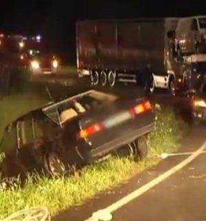 Autofahrer weicht Rehen aus und überschlägt sich