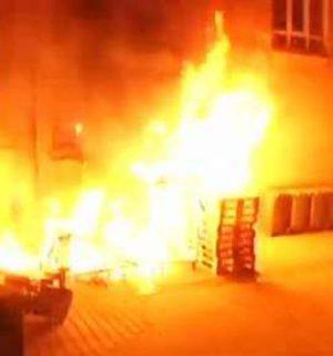 Kinder entfachen Feuer an Supermarktgebäude