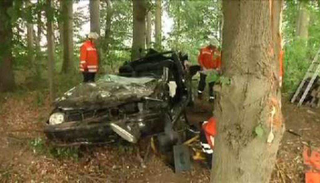 Cabrio prallt gegen Bäume: Schwerer Unfall auf der B70