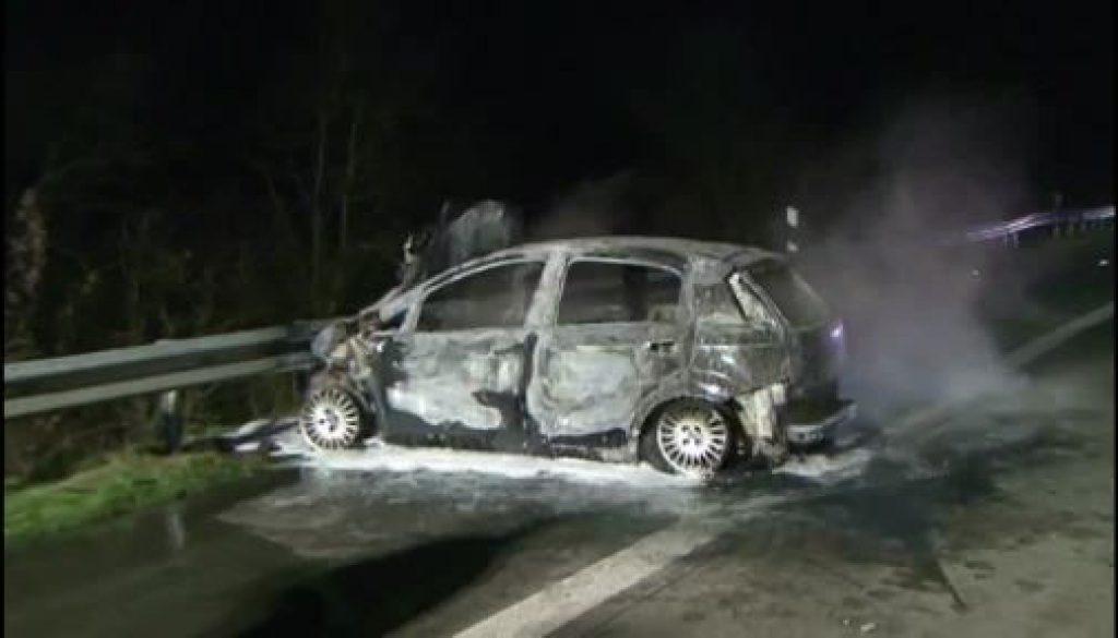 PKW brennt auf der Autobahn