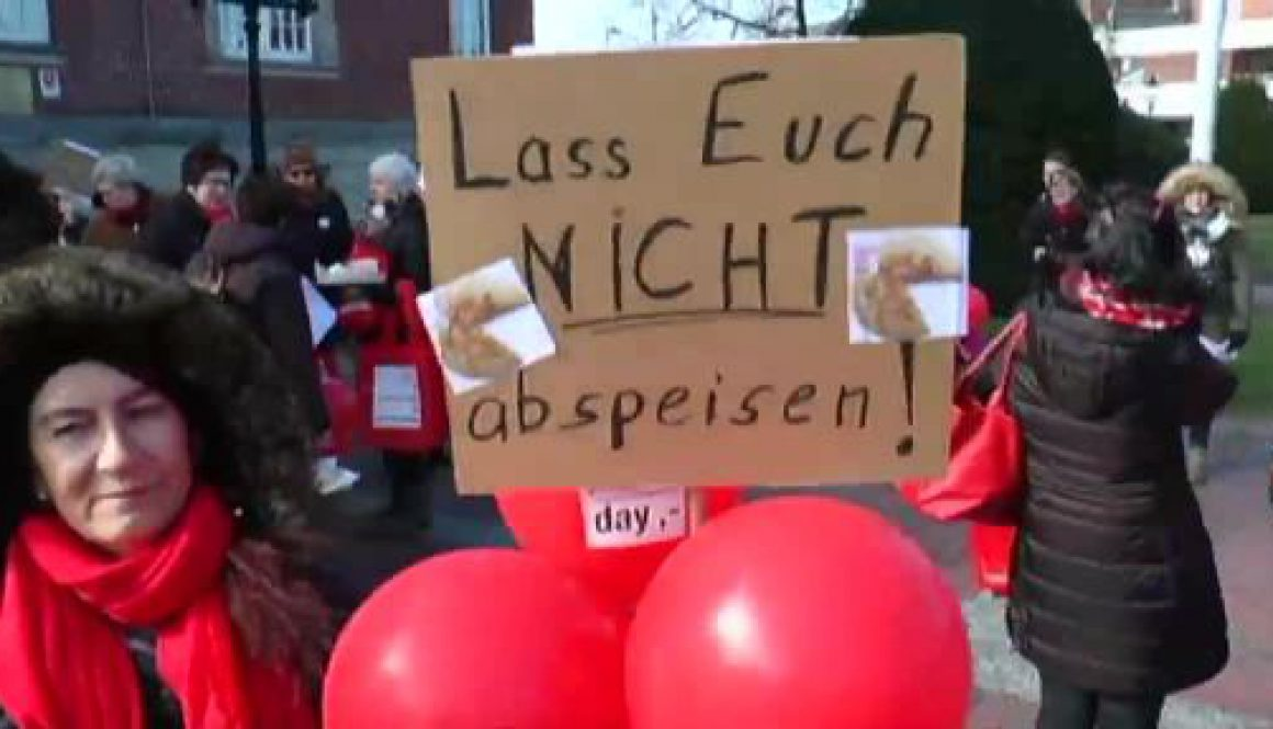 Demonstrantinnen begehen Equal Pay Day in Papenburg