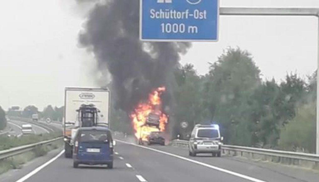 Autos brennen auf Transporter komplett aus