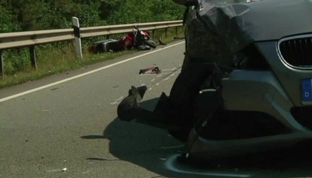 Motorradfahrer verletzt sich lebensgefährlich