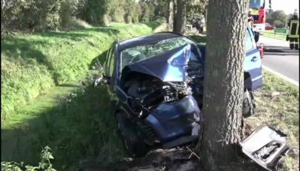 Autofahrer bei Aufprall schwer verletzt