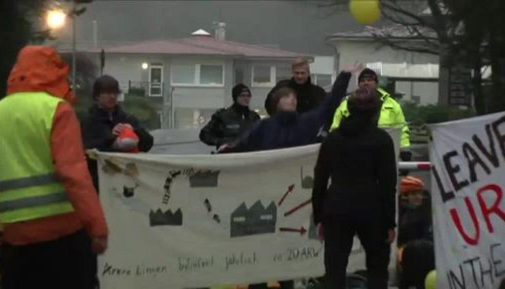 Blockade und Demo: Atomkraftgegner protestieren in Lingen
