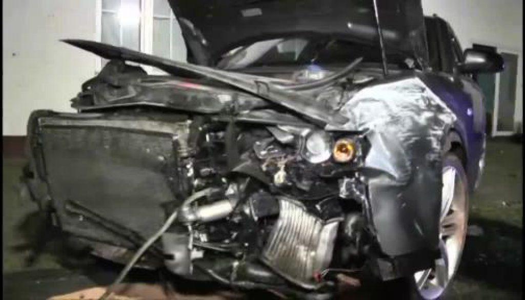 Auto prallt gegen Haus - Fahrer haut ab