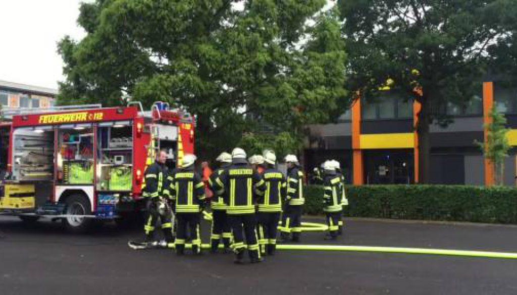 Feuerwehr löscht Brand an Schule