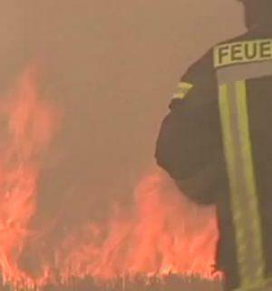 Feuerwehr löscht brennendes Stoppelfeld