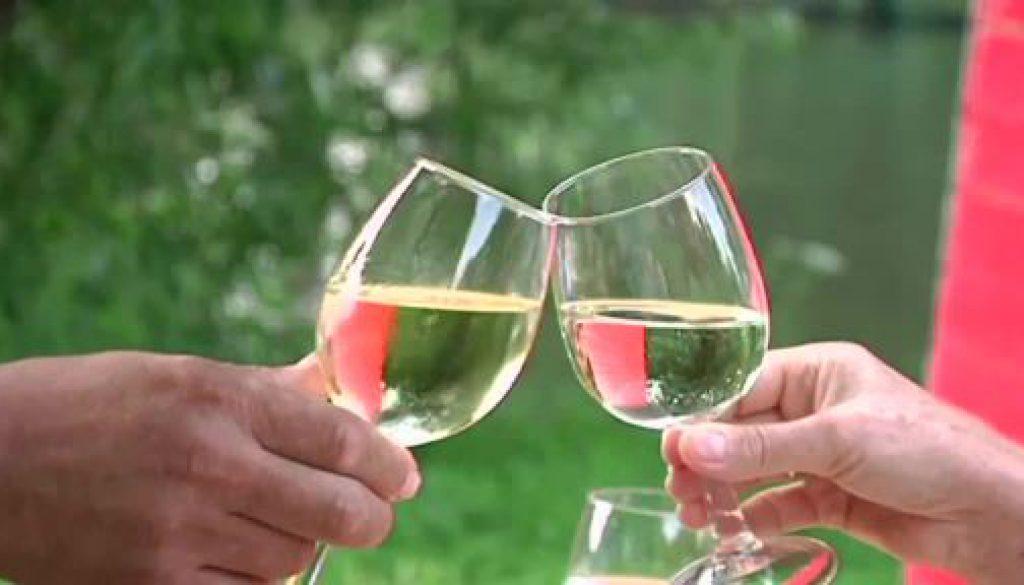 Ein Gläschen Wein für den guten Zweck