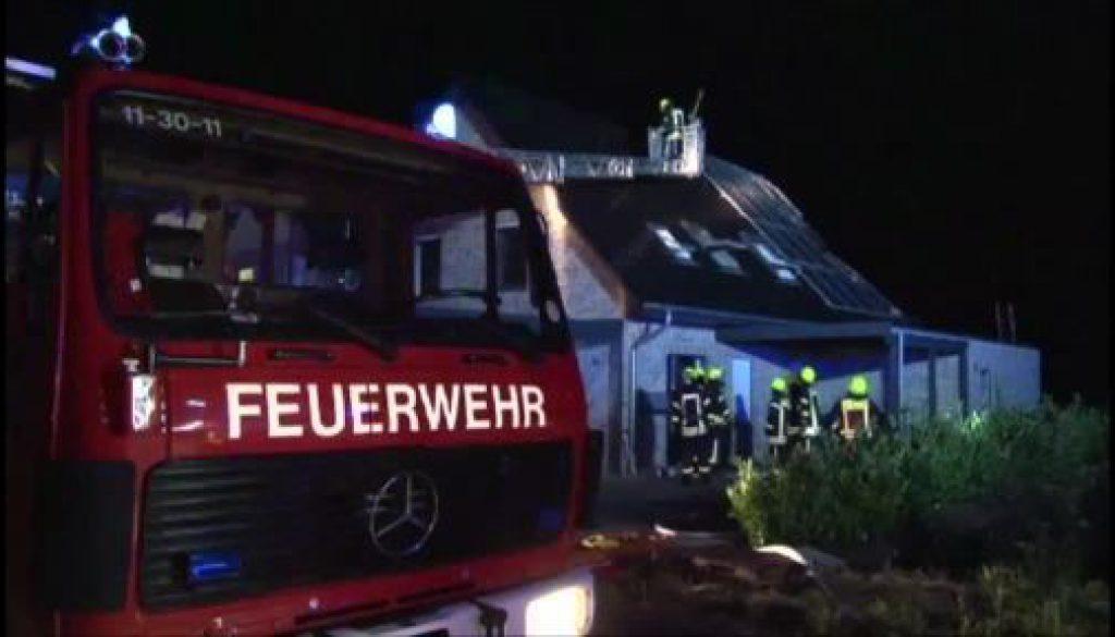 Mehrfamilienhaus brennt in Papenburg