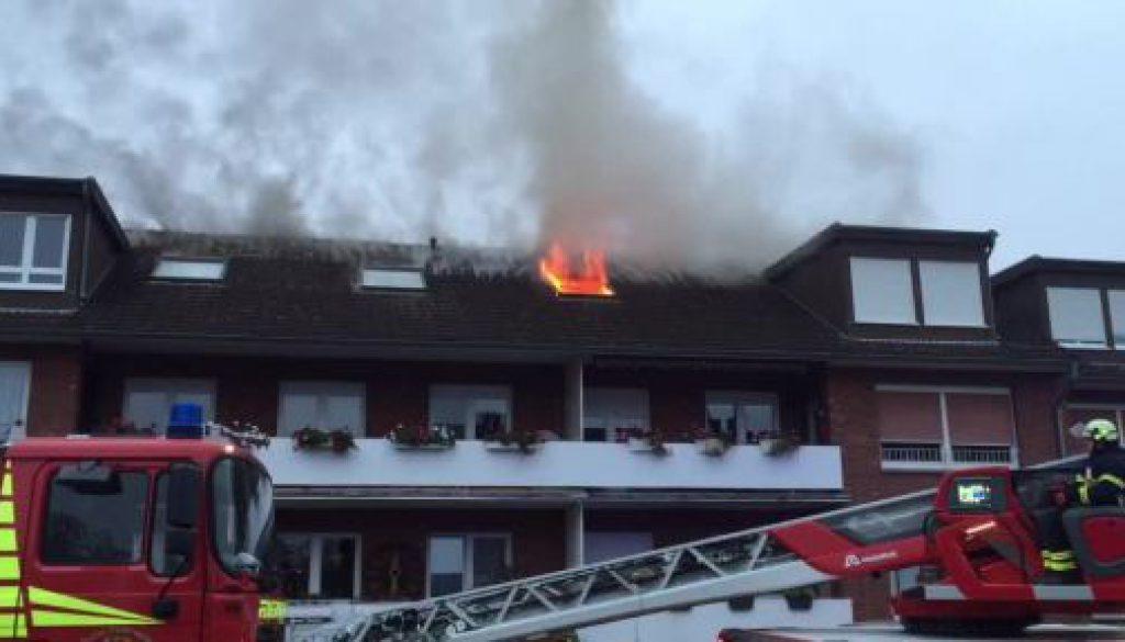 Flammen schlagen aus Lingener Mehrfamilienhaus
