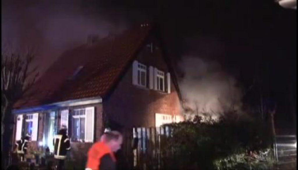 Feuerwehr löscht brennendes Haus