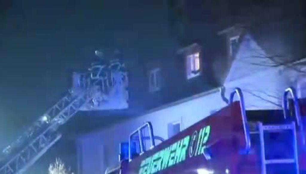 Fluchtweg versperrt: Feuerwehr rettet acht Bewohner aus Haus