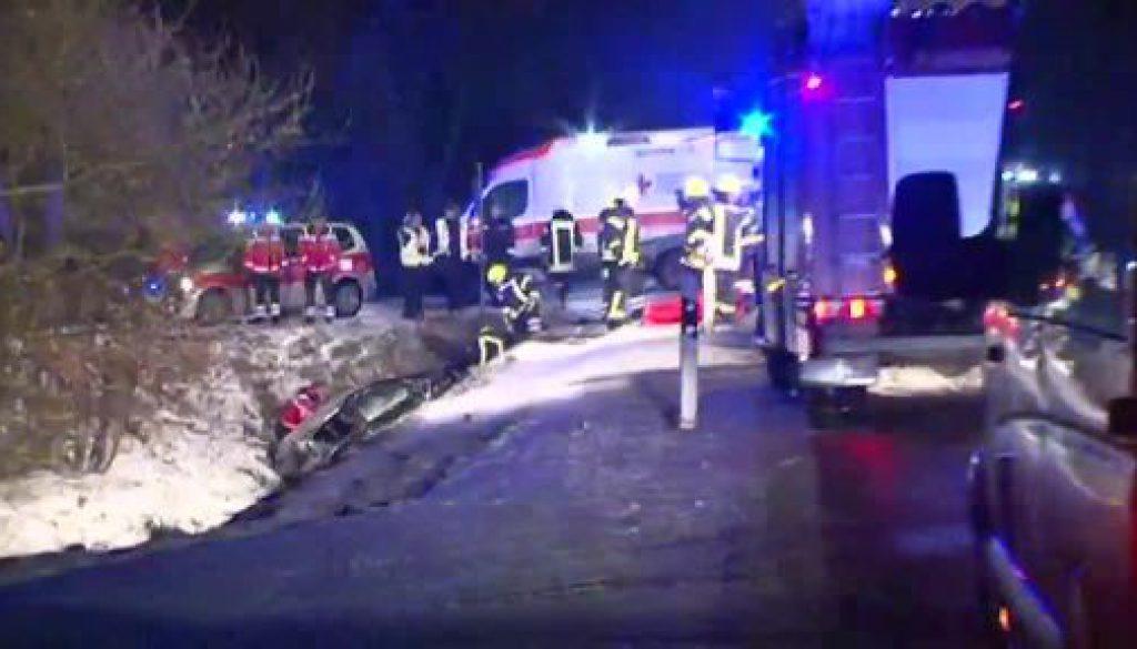 Unfall auf vereister Straße