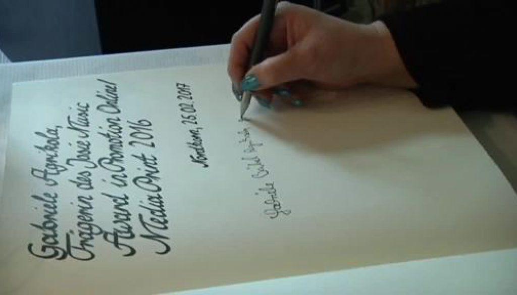 Eintrag ins Goldene Buch - Gaby Agrikola verewigt sich in Nordhorn
