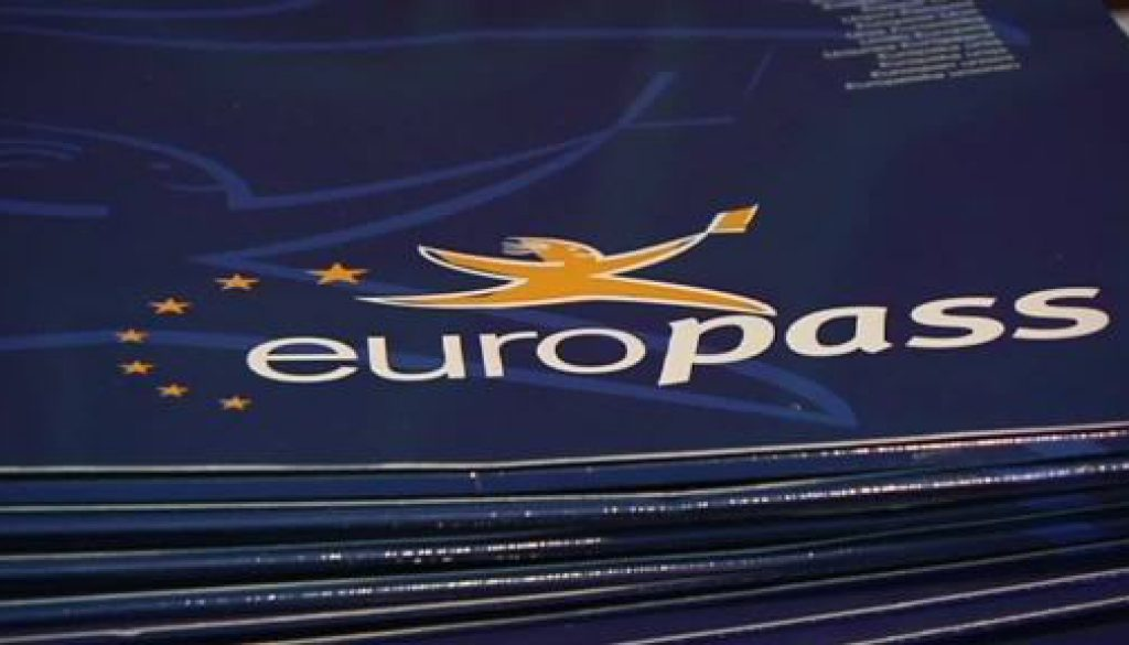 Europapässe an Auszubildende übergeben
