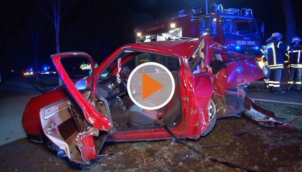 Scree_VW Fahrerin kracht rueckwaerts gegen einen Baum
