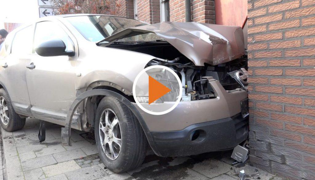 Screen_auto prallt gegen haus vier verletzte
