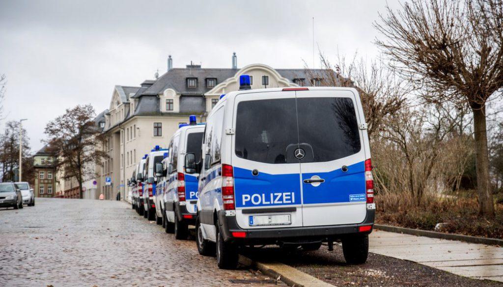 Symbolbild_Polizei_Razzia_Polizeibulli