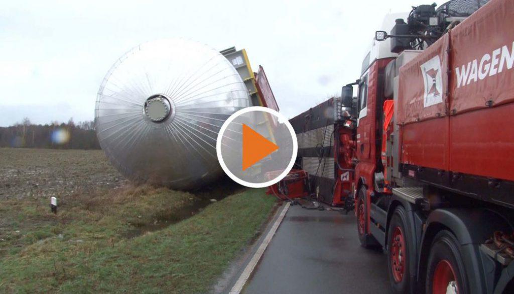 Screen_Umgekippter Schwertransporter