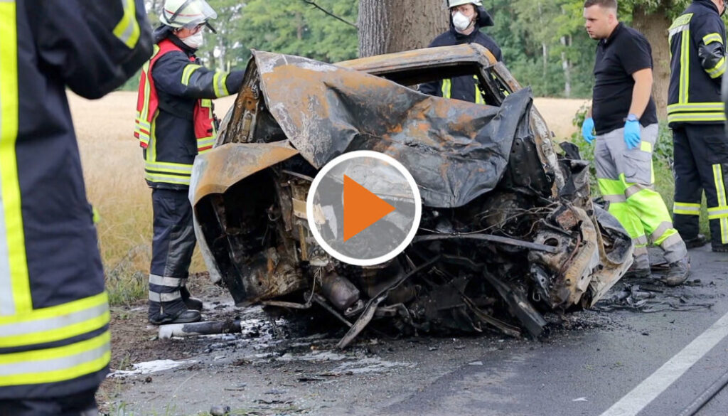 Screen_toedlicher verkehrsunfall: auto in vollbrand