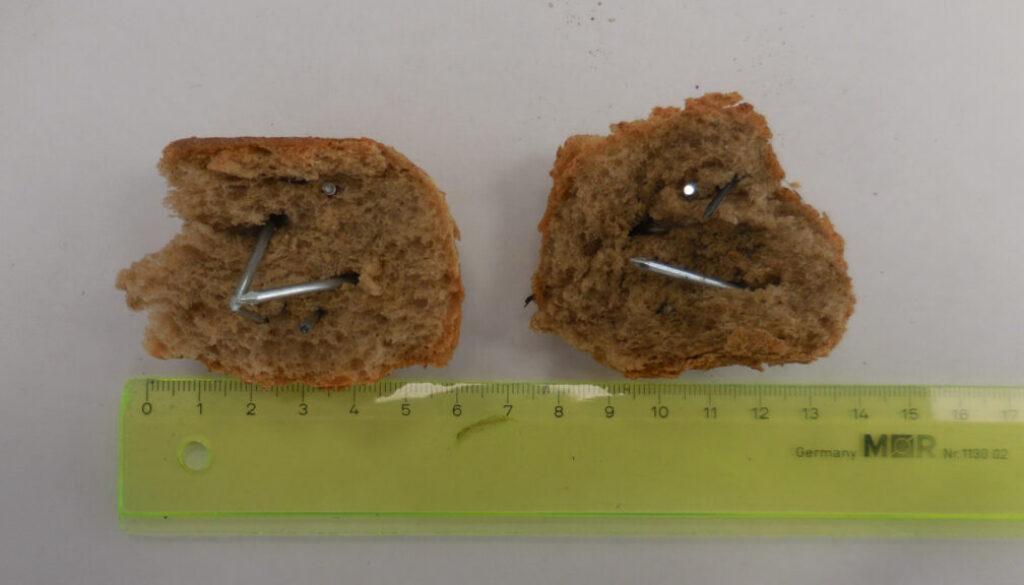 screen_Mit Naegeln gespickte Broetchen gefunden