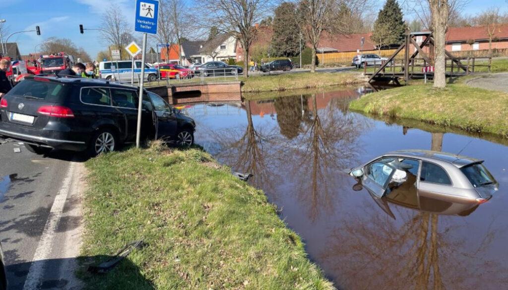 screen_PKW nach Verkehrsunfall im Wasser