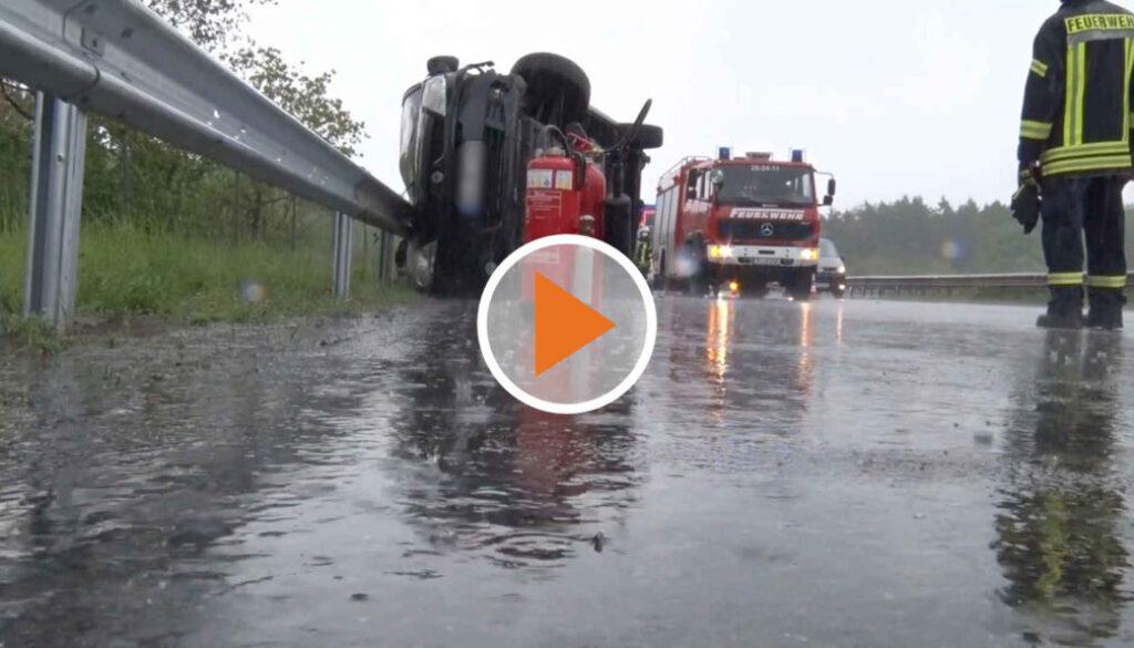 Screen_21 05 23 Transporter kippt auf nasser Fahrbahn um